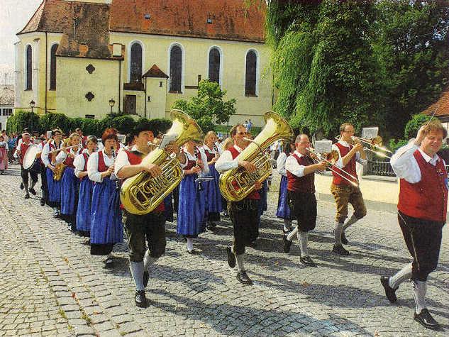 Dirigent Andreas Meyer führte die Blaskapelle des Musikvereins Batzenhofen beim Umzug zum 50. Jubiläum an.  Foto: Diana Deniz