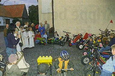 Pfarrer Hutt segnet die Fahrzeuge der Rettenbergener Kinder.  Foto: privat