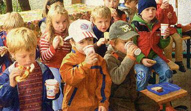 Frisch gepresst schmeckt er am besten: Kindergarten-Kinder trinken selbst gepressten Saft.  Foto: Schreiber