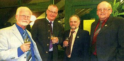 Sie stießen auf 100 Jahre Obst- und Gartenbauverein Batzenhofen an (von links): Kurt Pfeil, Jürgen Schantin, Josef Berchtold und Horst Schreiber.  Foto: privat
