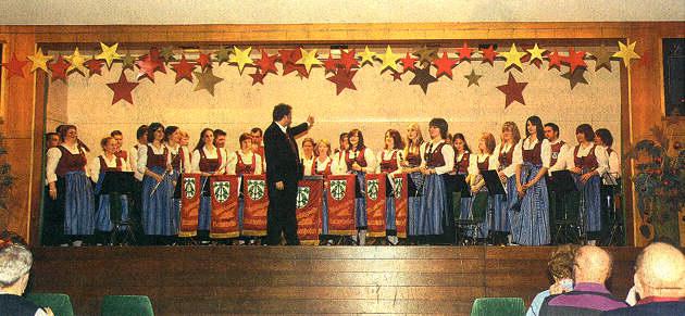Eine stattliche Anzahl von Musikern brachte der Musikverein Batzenhofen bei seinem Jahreskonzert auf die Bühne der Mehrzweckhalle.  Foto: Anja Ehinger